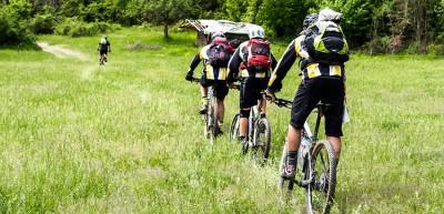 Group of mounatin bikers.